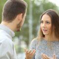 Para młodych ludzi rozmawiająca lub dyskutująca w parku