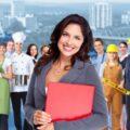 grupa osób różnych zawodów i kobieta stojąca na ich czele