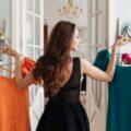 dziewczyna wybierająca sukienki