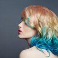 dziewczyna z kolorowymi, farbowanymi włosami
