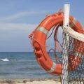 koło ratunkowe przy stanowisku ratownika na plaży