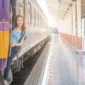 dziewczyna podróżująca pociągiem