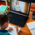 nauka zdalna, chłopiec uczy się online
