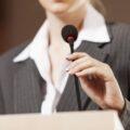 kobieta polityk mówi do mikrofonu