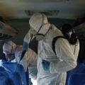 Służby epidemiologiczne dezynfekują autobus