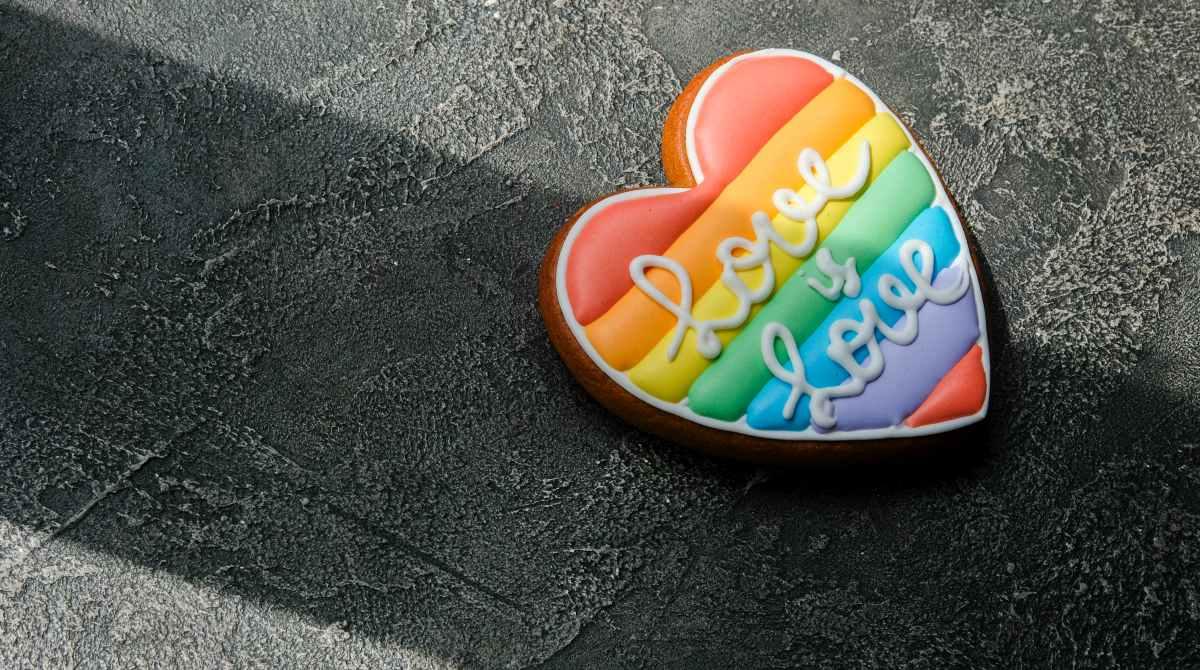 serce w kolorach tęczy z napisem Love is love
