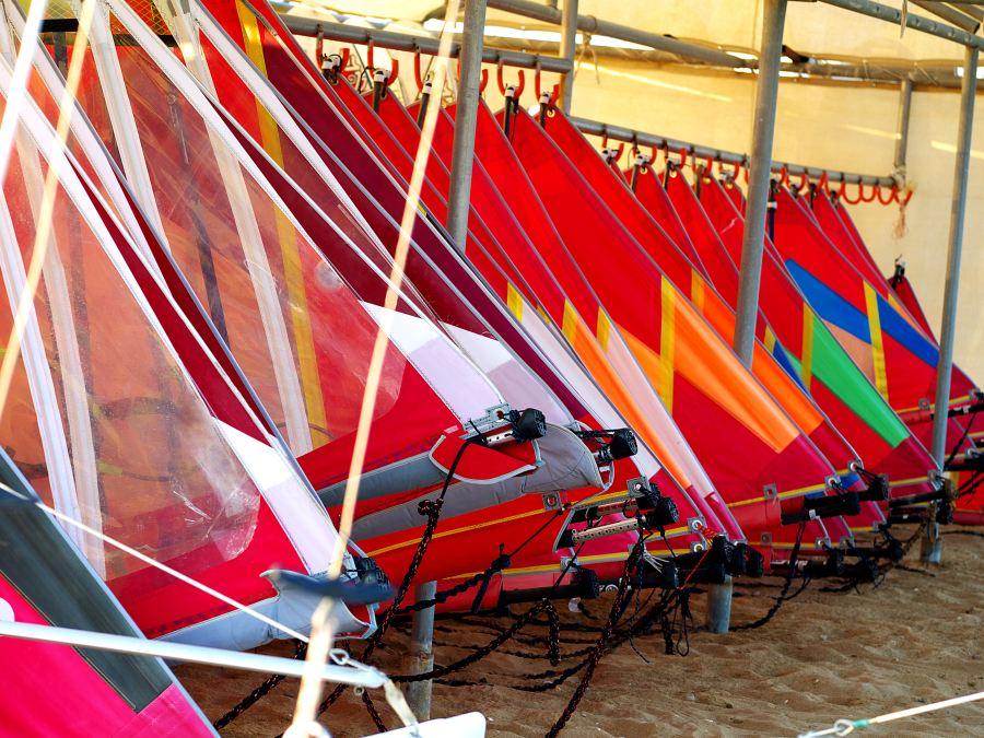 Sprzęt do windsurfingu – wypożyczać czy kupić?