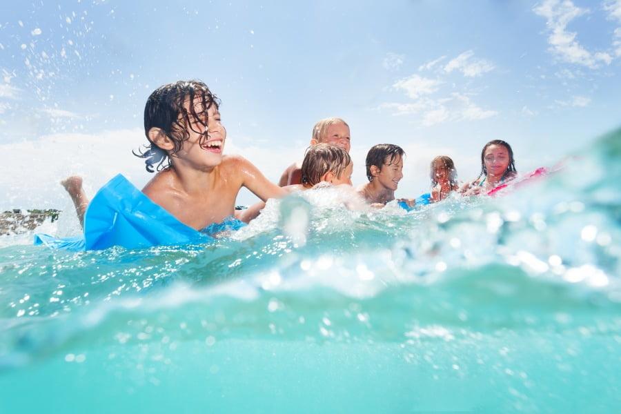 Bezpieczna kąpiel w morzu – na co zwracać uwagę, czego unikać