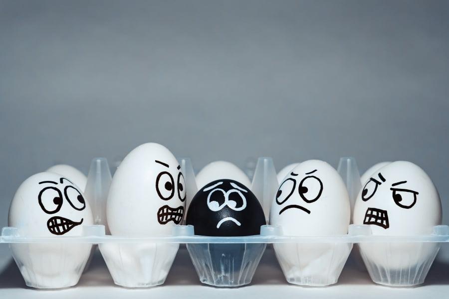 Uprzedzenia i lęki. Dlaczego nie lubimy inności?