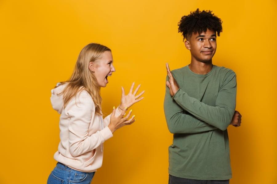Skuteczne metody jak rozbroić agresję słowną