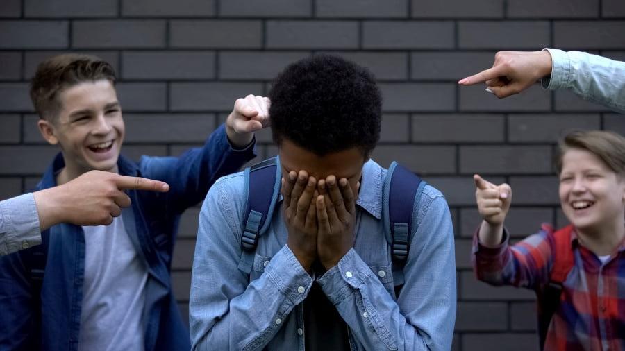 Rozwarstwienie społeczne, lęk, depresje, agresja – skutki rasizmu