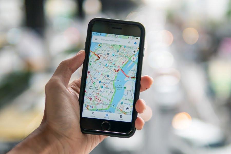 Wakacje 2020 a koronawirus. Google Maps pomaga omijać tłumy