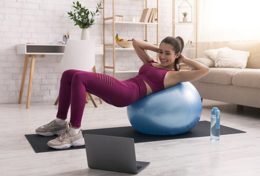 Sport w domu – jak wytrwać, gdy nie ma regularnych treningów?