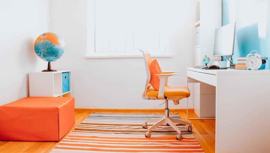 Jak siedzieć przy biurku by dbać o kręgosłup? Jak ustawić komputer?