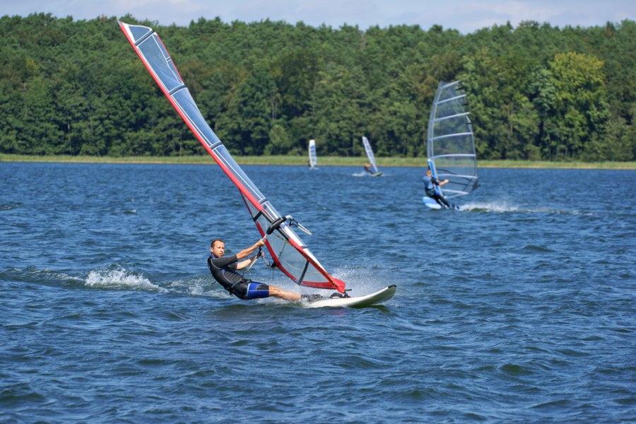 Windsurfing – najlepsze miejsca do trenowania w Polsce