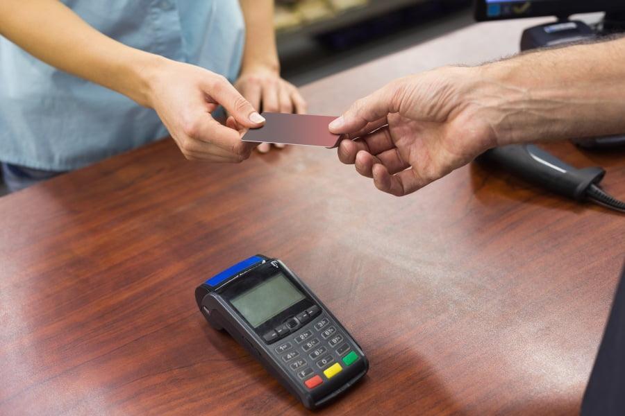 Jak tanio i bezpiecznie płacić za granicą?