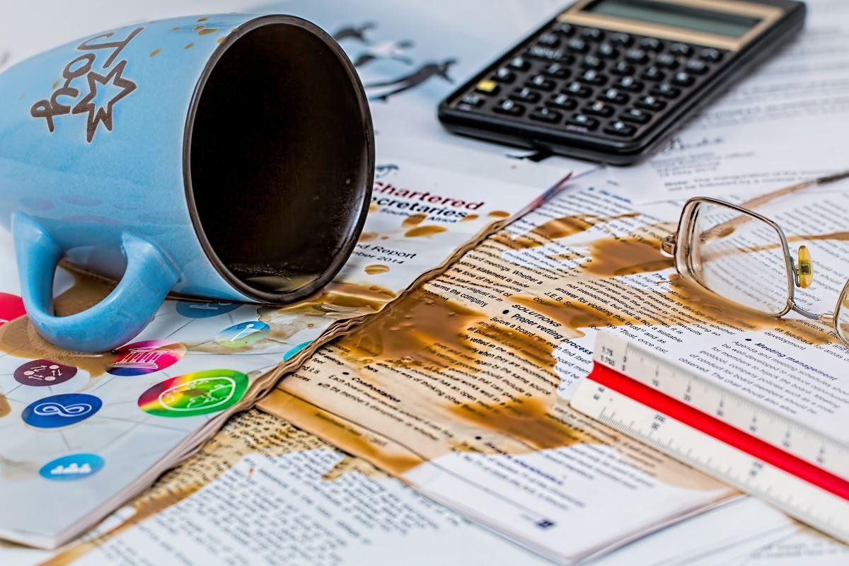 Rozlana kawa na dokumentach