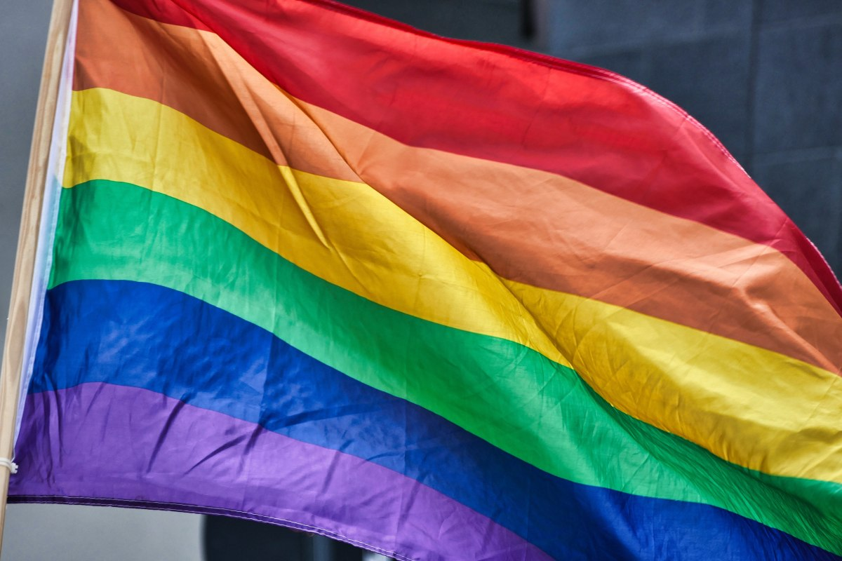 flaga w kolorach tęczy - symbol osób LGBT+