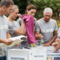 wolontaruisze organizacji charytatywnej zbierają produkty dla potrzebujących