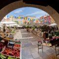 Francuska Riviera, rynek z towarami i restauracjami