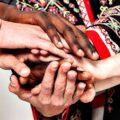 Dłonie położone jedna na drugiej w geście współpracy