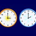 Dwa zegary, jeden z czasem letnim i godziną 3:00, drugi z czasem zimowym i godziną 2:00