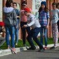 grupa rówieśników bawi się na ulicy