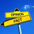 drogowskazy fakt i opinia skierowane w różnych kierunkach