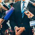 dziennikarze nagrywający wypowiedź polityka lub biznesmena