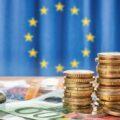 Pieniądze na tle flagi europejskiej