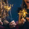 Zabawa noworoczna, mama i córka trzymają sztuczne ognie