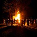 Harcerze przy ognisku nocą