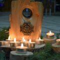 Świece płonące przy mogile członków Szarych Szeregów