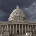 Czarne chmury nad Kapitolem w Waszyngtonie, USA