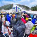 narciarze w kolejce do wyciągu