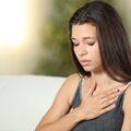 Zestresowana dziewczyna nie może złapać tchu