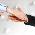 powitanie - uścisk dłoni kobiety i mężczyzny