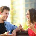 Dziewczyna i chłopak rozmawiają śmiejąc się