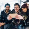 grupa przyjaciół robi selfie lub rozmawia z przyjacielem online